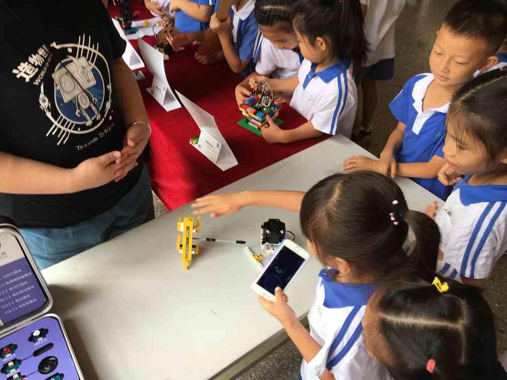 南京STEAM教育学生们在玩各种创客作品