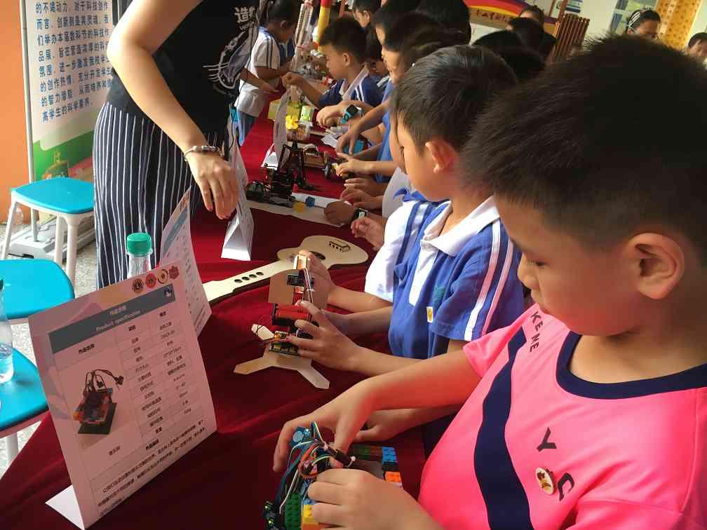 南京STEAM教育现场学生在参观STEAM展品