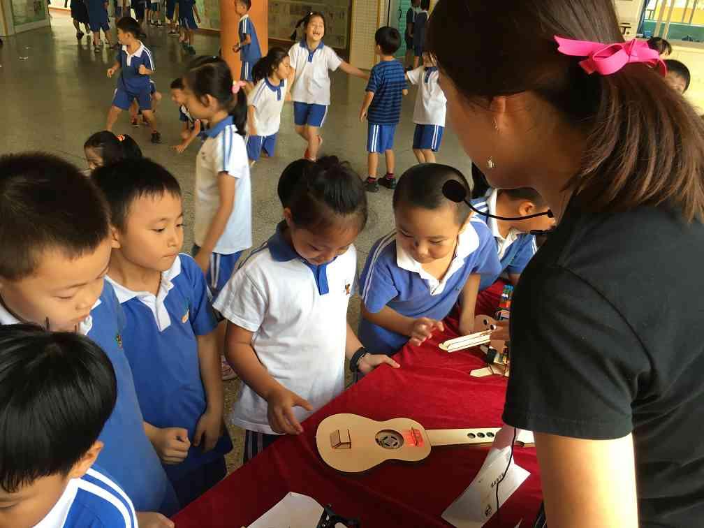 重庆STEAM教育老师带领孩子了解创新科技