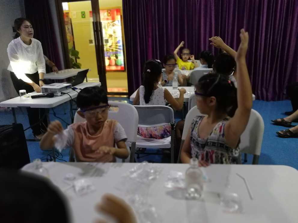 创客教育之课堂上学生们积极的回答老师的问题