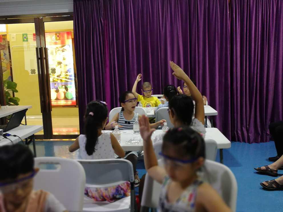 创新科技教育在课堂上孩子们热爱科学实验