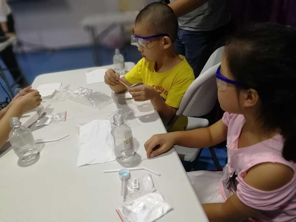 学生带着护目镜在做自己的小创客项目
