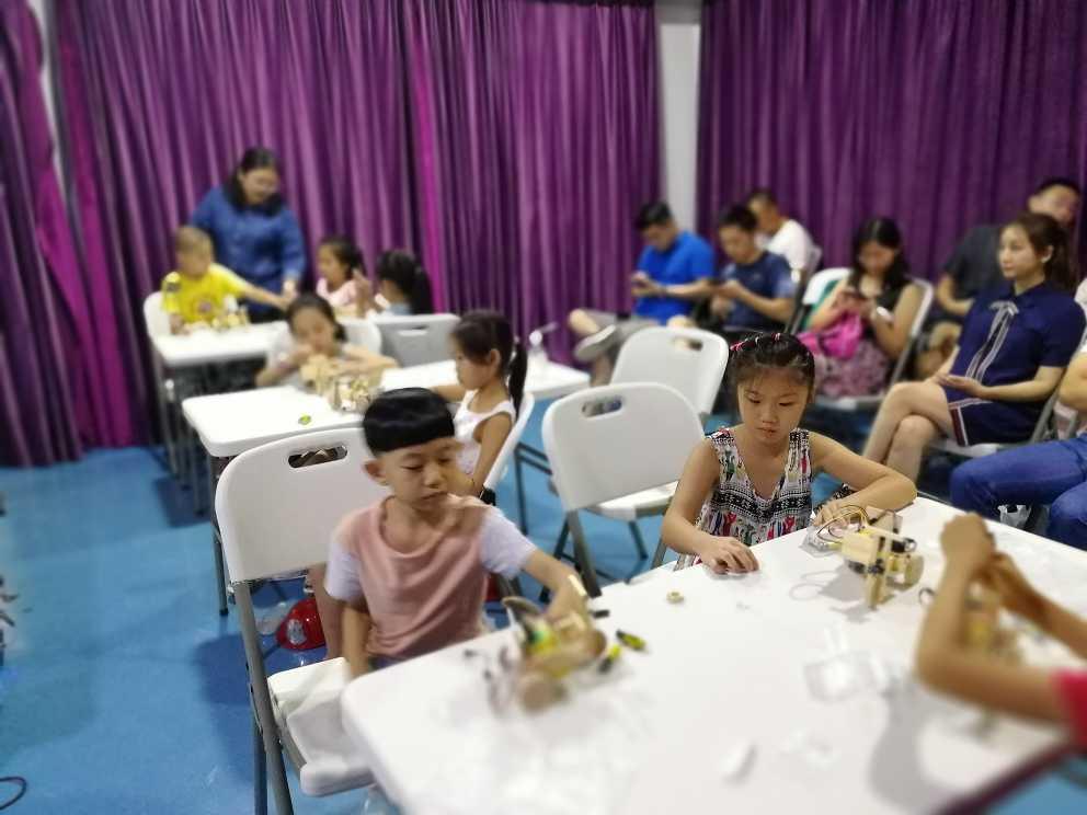 上海创客教育之创客课堂上学生之间的互动