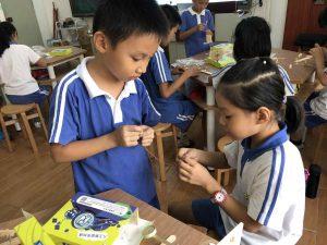 小朋友们在STEAM教育课程协同互助